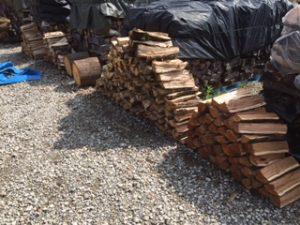 薪ストーブ用の薪の薪割り作業、2016シーズンがまだ終わらない