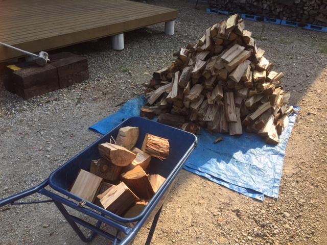 放置したハンパ薪を割りました