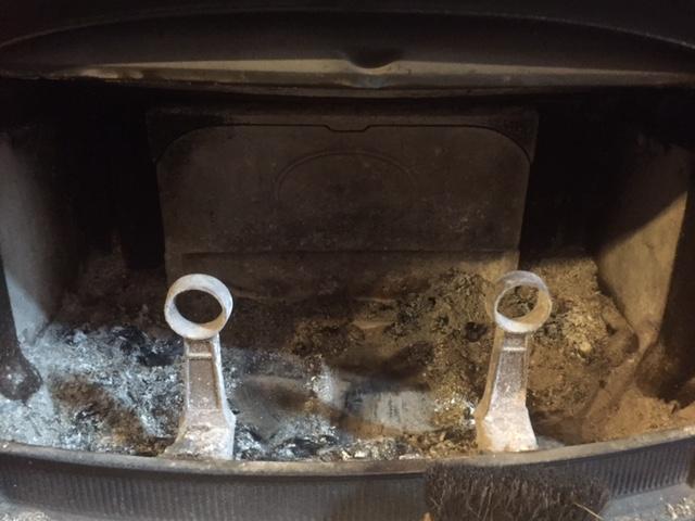 梅雨入り前に炉内の灰を掃除しました。