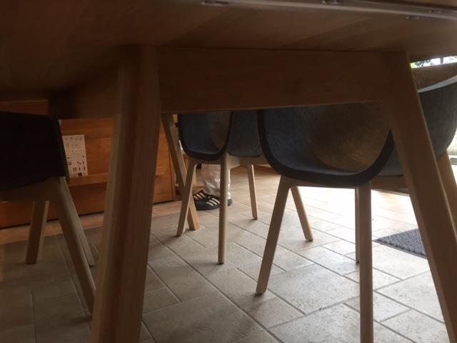 コンモト、テーブル椅子