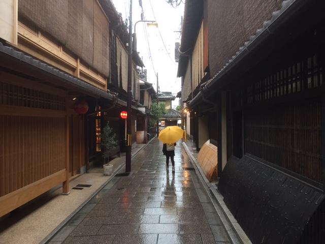 雨の祇園を歩く