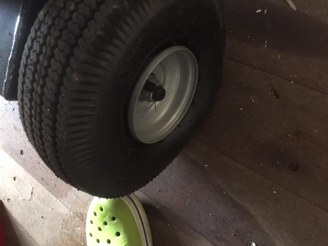 薪割り機(13トンプロ)のタイヤの空気が抜けています