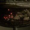 夕べ焚いた薪の熾きが、翌日の夜にもある件