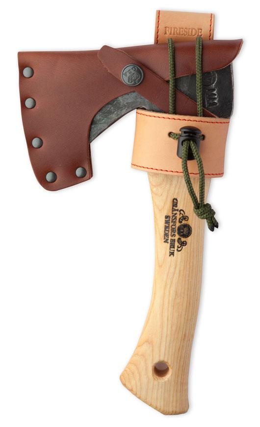 <アックスホルスターの特徴> ● ホルスターをベルトに通し、斧を腰におさめて作業ができる ● 必要最小限の機能を果たすシンプルな構造でありながら、牛革を用いた高級感のあるつくり ●コードロック付きロープで飛び出しを防止