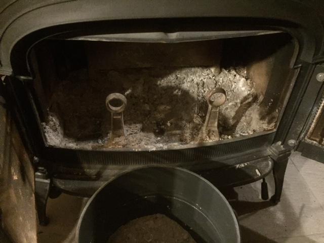 【注意】薪ストーブの灰の中から針金が!