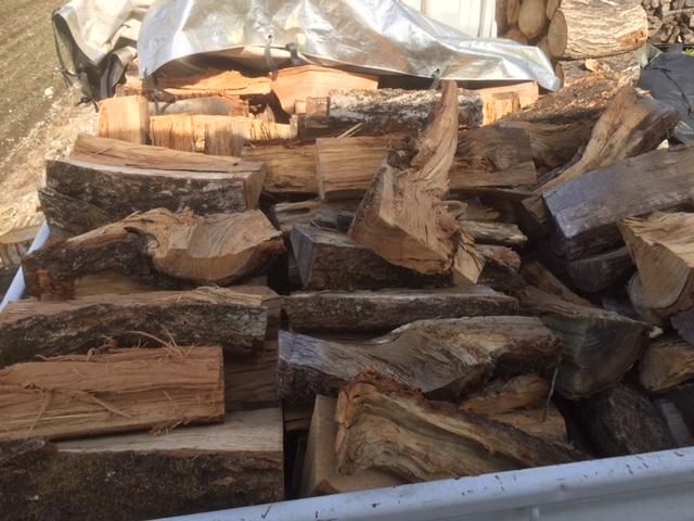 【薪の納品】薪の納品時は、だいたいこんな感じで盛って出発します。