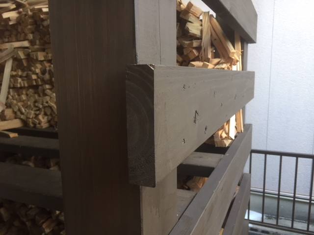 【薪棚をより良く】やっぱり薪棚作るときは、薪の事、薪ストーブの事を知ってる人に頼むべきだと
