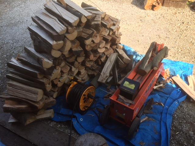 【薪割り】電気7トン薪割り機で中太枝薪を割りました。