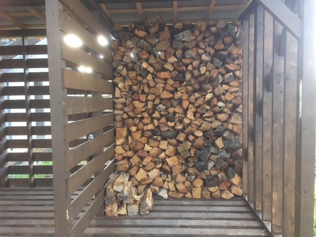 【薪の移動】傷みそうな薪を徐々に棚に入れてます。