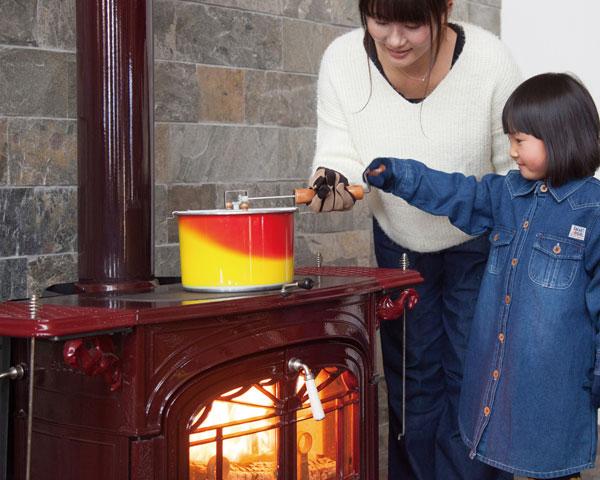 ストーブトップ用はハンドルを回すと連動したブレードが容器の中で回転し、コーンをかくはんして効率よく熱を与えます。