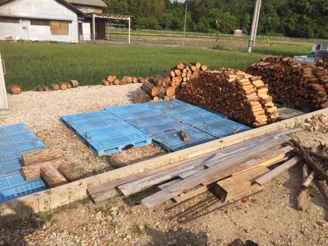 【土場の整理】割った薪をどんどん移動しなきゃ。