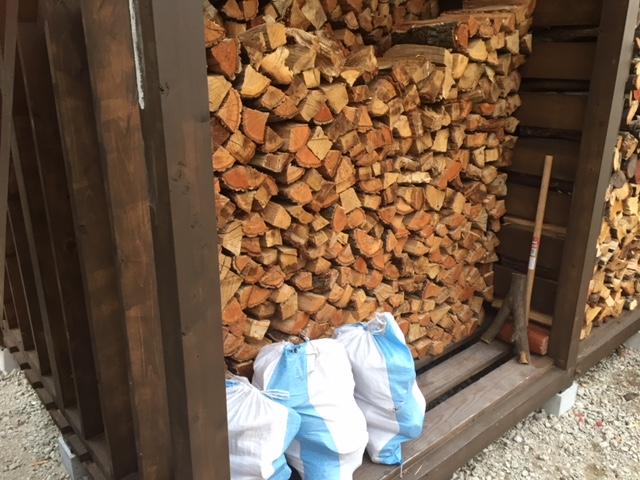 朝から薪を積む積む・・・減らない減らない。がんばろう!