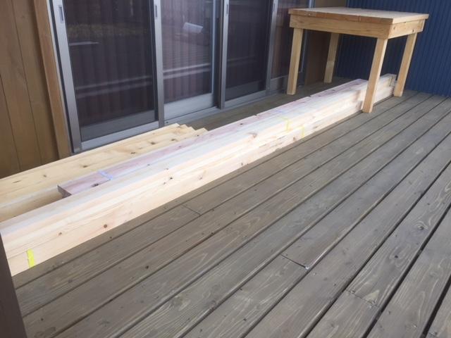 木材は雨に濡れないようにデッキの奥に置く