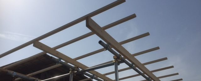 薪棚 垂木つけた