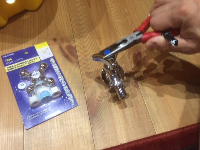 水栓の回しのトップをペンチで回します。