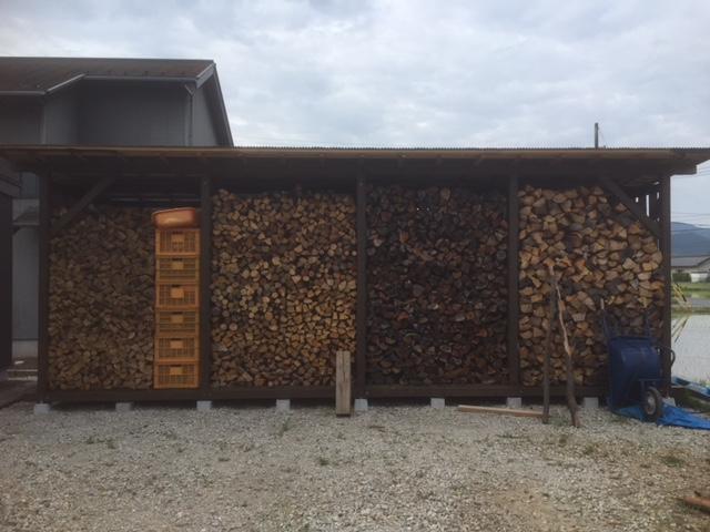 【薪の移動】パレット棚から、屋根棚へ薪の移動をする