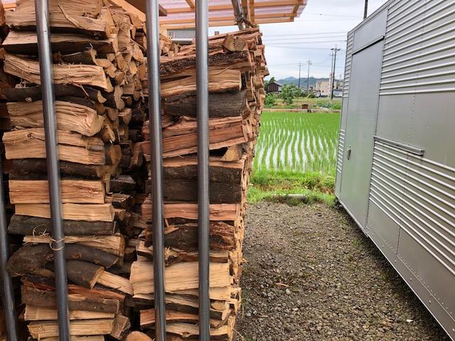【もっこり】積んだ薪は雨ざらししていないので、積んでしばらくするともっこりする
