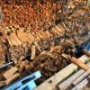 【乾燥が進んで崩れる】崩れた薪をまた詰め直す。