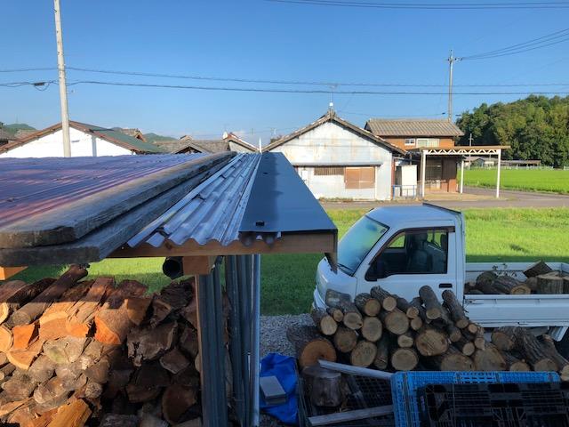 大工さんが気をきかせてくれて薪棚に鈑金施工をしてくれた件
