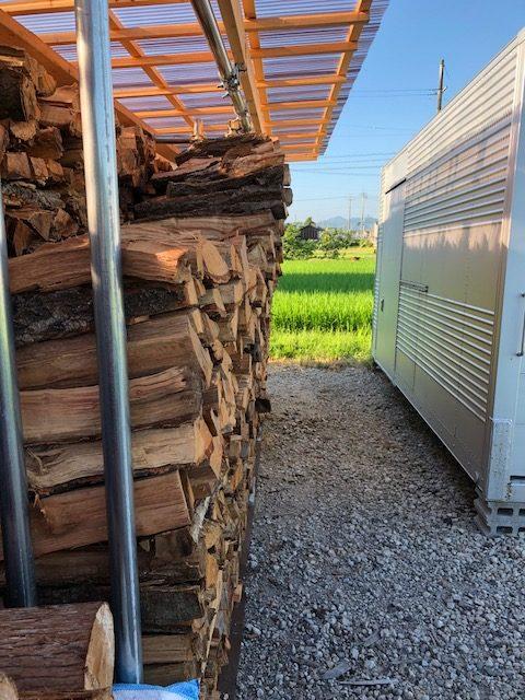 薪棚も夏の木だから水分が抜けて収縮が冬の木と違って凄いので崩れそうになるんですよね。