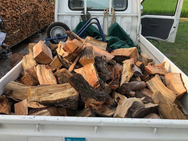 自宅用で使うハンパ薪を家の庇のほうに移動しました。