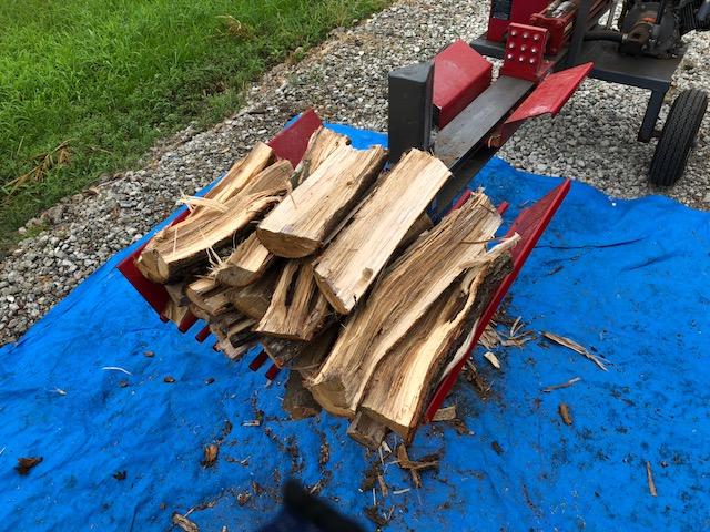 【まだまだ続く・・・】朝から薪割り再開。涼しくなって良かった。