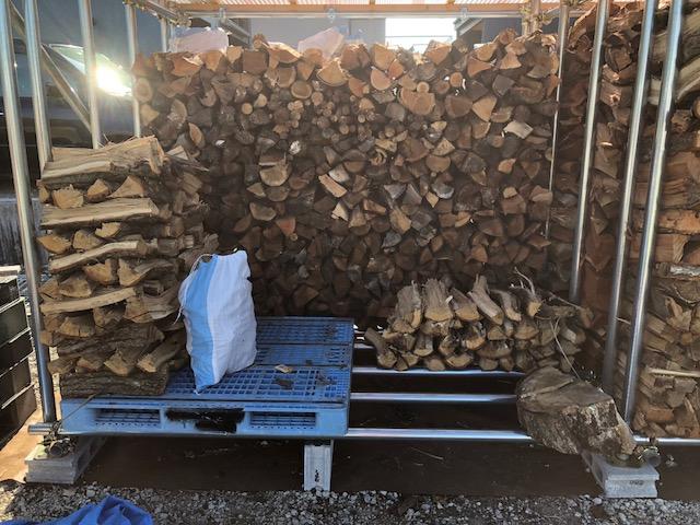 薪棚を片付ける