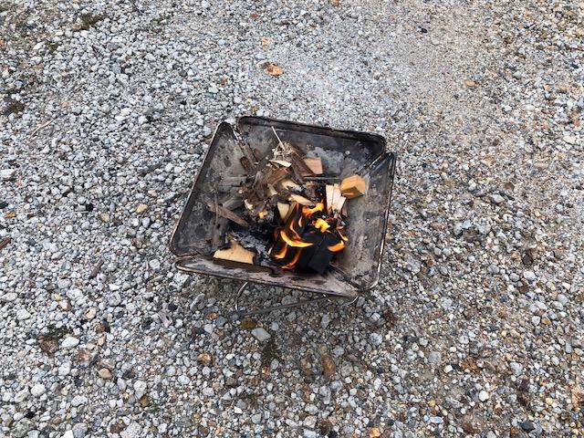 細かい木を燃やす