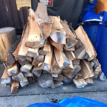 サクラの薪を作る