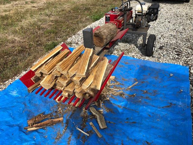 朝から薪割り。アカシアは独特な香り。