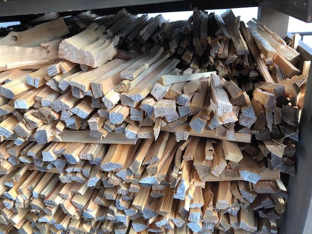 ハンパ薪を先に焚いて、コンテナを開け、山の傷んだ自宅用薪を持ってくる