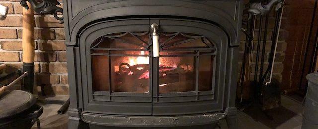 毎朝、5時30分に起きてストーブに火を入れ、薪割りをしています。