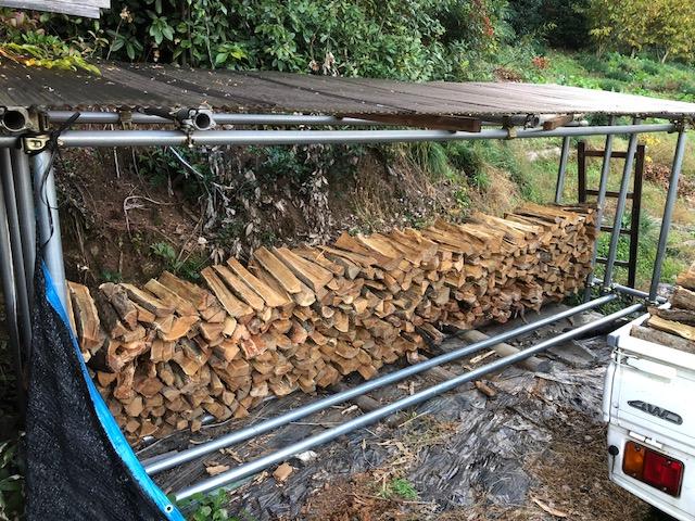 家の横の土場の割薪を山土場の棚に持っていく