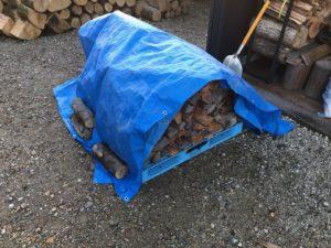 小さいストーブのお客様用に、太い薪を割る。