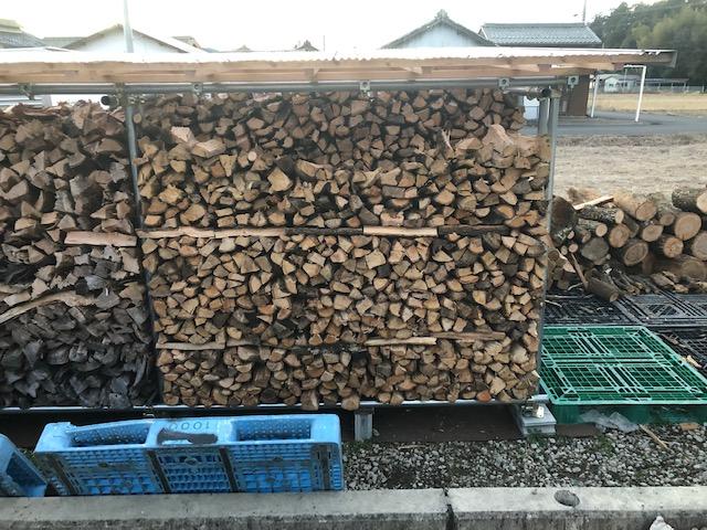 土場を片付けたいので、とにかく切りまくった。  っていうか、  チャンスがあればもう少し原木が欲しい。  なんでかというと、これから作る棚が埋らないっていうことと、3月以降の玉切りの需要が間に合わない。  ということで、早く片付けてしまって、新しい原木が入荷できる準備をしたいってわけ。