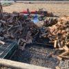 新しい棚を作る準備の為に、割った薪を移動。