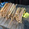 棚を片付けたいし、薪購入のオマケ用等にも使う針葉樹薪を束にする。