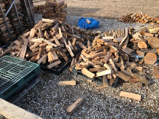選木玉の備蓄がようやく半分くらいになった。  あと2日くらいで40cmのナラ・アベマキは終了かな。(入荷しなければ)
