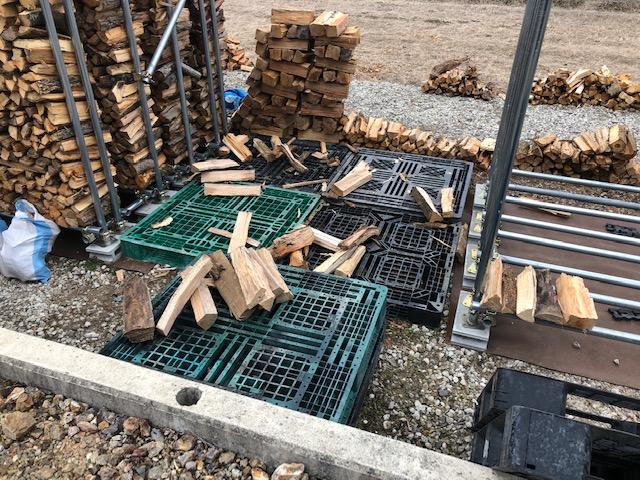 ちょと片付けるため、薪を積む