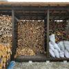 選木35cm薪を棚に積む。