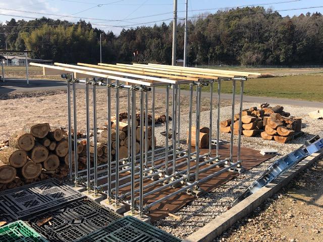 新しい薪棚の屋根施工
