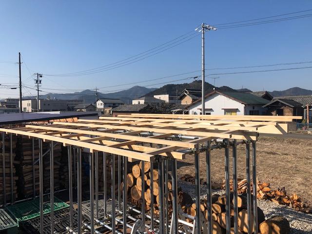 新しい薪棚の屋根の施工を続ける