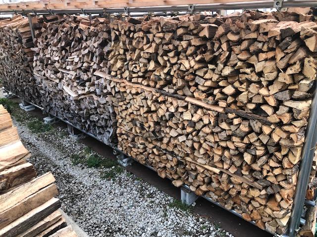 薪棚の薪が崩れないようにする工夫について