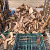 割ったばかりの35cm薪を乾燥薪があった棚にどんどん入れていく