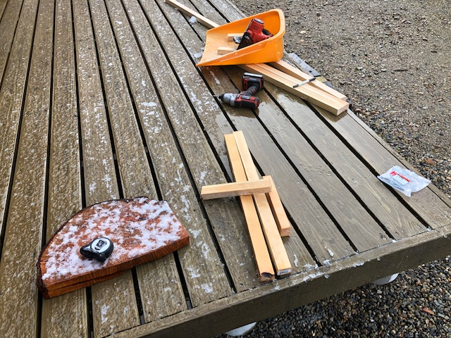 へたくそな大工仕事ですが、いわゆる薪が水に塗れないようにするものを作ってました。