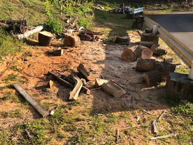 サクラとナラを割って、積んだり薪棚に積んだり