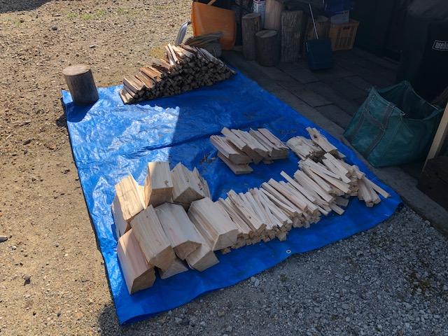 針葉樹玉は30cmと40cmで切り分けてあるんですが、針葉樹薪の棚は30cmで作りましたので、30cmを先に割っていきます。