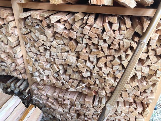 販売用針葉樹、大きい方の棚に積む。で、余る。