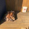 冬キャンのお客さんに薪を売る