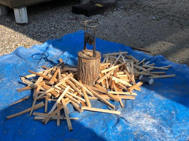 DIYで余った材をずっと放置していたので、丸ノコで切ってキンクラで割った